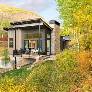 Foto de fachada marrón, minimalista, de tamaño medio, de dos plantas, con revestimientos combinados y tejado de un solo tendido