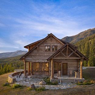 Пример оригинального дизайна: двухэтажный, деревянный дом среднего размера в стиле рустика