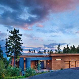 Idee per la facciata di una casa ampia marrone moderna a due piani con rivestimento in vetro