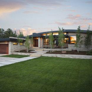 Idee per la facciata di una casa contemporanea con rivestimento in pietra