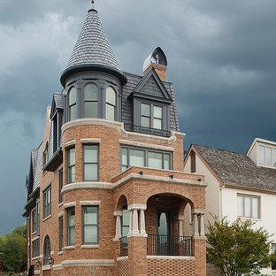 Свежая идея для дизайна: трехэтажный, кирпичный дом среднего размера в классическом стиле - отличное фото интерьера