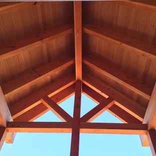 Diseño de fachada de casa azul, campestre, grande, de dos plantas, con revestimiento de madera, tejado a dos aguas y tejado de teja de madera