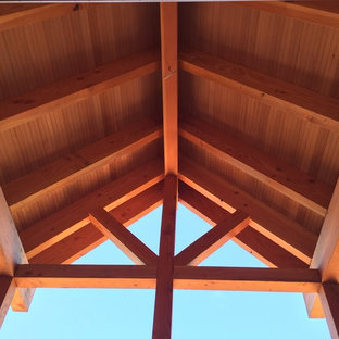 На фото: большой, двухэтажный, деревянный, синий частный загородный дом в стиле кантри с двускатной крышей и крышей из гибкой черепицы с