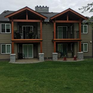 他の地域のコンテンポラリースタイルのおしゃれな家の外観 (コンクリート繊維板サイディング、マルチカラーの外壁、切妻屋根、アパート・マンション、板屋根) の写真