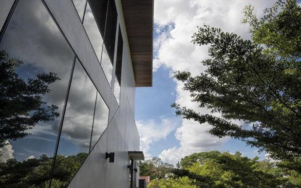 コンテンポラリー 家の外観 by Multiply Architects LLP