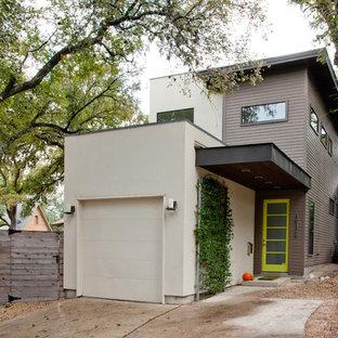 Выдающиеся фото от архитекторов и дизайнеров интерьера: двухэтажный фасад дома серого цвета в современном стиле