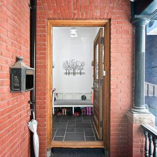 Immagine della facciata di una casa piccola rossa classica con rivestimento in mattoni