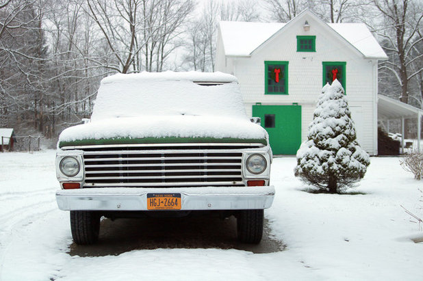 Exterior My Houzz: Traditional Christmas Charm in a New York Farmhouse