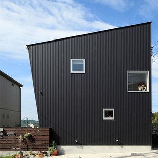 名古屋のコンテンポラリースタイルのおしゃれな二階建ての家 (黒い外壁、片流れ屋根、メタルサイディング、戸建) の写真