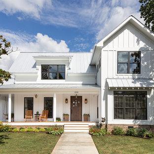 Идея дизайна: двухэтажный, деревянный, белый дом среднего размера в стиле кантри с двускатной крышей и белой крышей