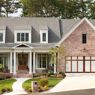 Imagen de fachada clásica, de dos plantas, con revestimiento de ladrillo y tejado a dos aguas