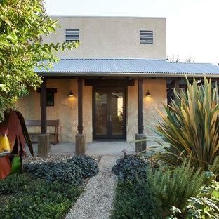 Inspiration för mellanstora amerikanska beige hus, med allt i ett plan, stuckatur och platt tak
