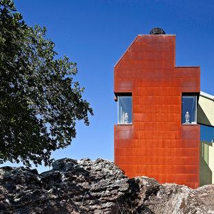 Modelo de fachada urbana, de tres plantas, con revestimiento de metal
