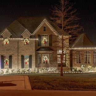 Foto della facciata di una casa grande multicolore a tre o più piani con rivestimenti misti e tetto a capanna
