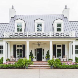 Immagine della facciata di una casa bianca classica a due piani