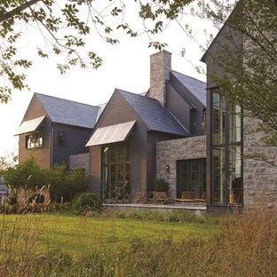 Ejemplo de fachada verde, clásica renovada, con tejado a dos aguas