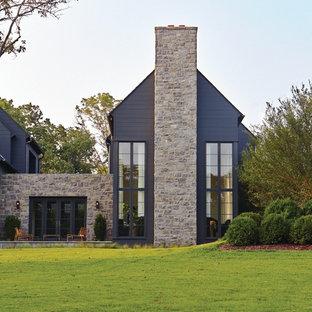 Источник вдохновения для домашнего уюта: двухэтажный, серый дом в стиле неоклассика (современная классика) с комбинированной облицовкой и двускатной крышей