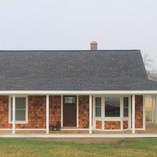 Ispirazione per la facciata di una casa piccola country a un piano con rivestimento in legno