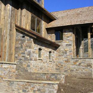 Imagen de fachada beige, rural, grande, de dos plantas, con tejado a doble faldón y revestimientos combinados