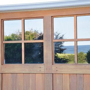Diseño de fachada gris, marinera, con revestimiento de madera