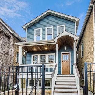 シカゴのヴィクトリアン調のおしゃれな家の外観 (コンクリート繊維板サイディング、青い外壁、ブラウンの屋根、下見板張り) の写真