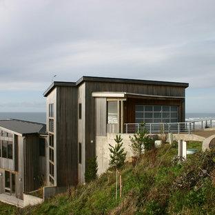 Immagine della facciata di una casa contemporanea a tre piani con rivestimento in legno