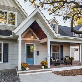 Стильный дизайн: двухэтажный, серый дом среднего размера в классическом стиле с облицовкой из ЦСП и двускатной крышей - последний тренд