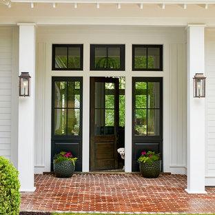 Diseño de fachada de casa blanca, tradicional, grande, de una planta, con revestimiento de madera, tejado a dos aguas y tejado de metal