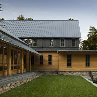 シャーロットのトランジショナルスタイルのおしゃれな家の外観 (木材サイディング、茶色い外壁、下見板張り) の写真