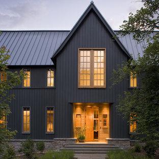 Ispirazione per la facciata di una casa unifamiliare marrone classica a due piani con rivestimento in legno e copertura in metallo o lamiera