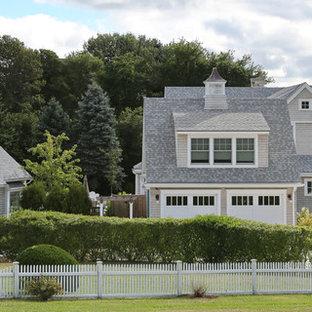 Diseño de fachada gris, de estilo de casa de campo, de dos plantas, con revestimiento de madera