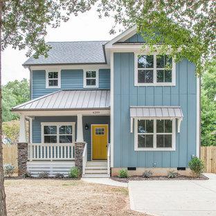 Zweistöckiges, Blaues Maritimes Einfamilienhaus mit Vinylfassade und Misch-Dachdeckung in Charlotte