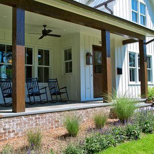 Mittelgroßes, Zweistöckiges, Weißes Country Einfamilienhaus mit Faserzement-Fassade, Satteldach und Blechdach in Raleigh