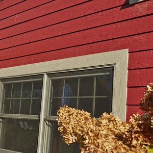Idee per la facciata di una casa unifamiliare grande rossa classica a due piani con rivestimento in legno, tetto a capanna e copertura a scandole