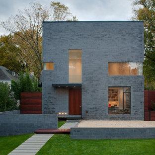 ワシントンD.C.のモダンスタイルのおしゃれな寄棟屋根の家 (グレーの外壁) の写真