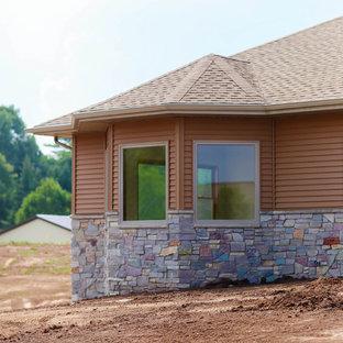 Foto de fachada marrón, de estilo americano, de tamaño medio, de una planta, con revestimiento de vinilo y tejado a doble faldón