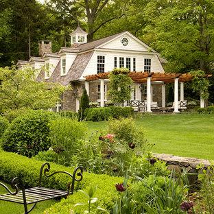 Идея дизайна: большой, трехэтажный, белый дом в классическом стиле с мансардной крышей
