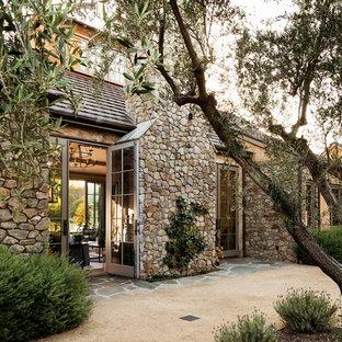 Idéer för att renovera ett stort lantligt grått hus, med allt i ett plan, valmat tak och tak i shingel