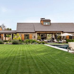 Exempel på ett stort lantligt grått hus, med allt i ett plan, tak i shingel och sadeltak