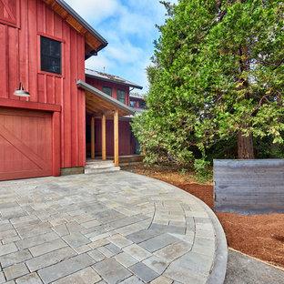 Modelo de fachada de casa roja, campestre, extra grande, de dos plantas, con revestimiento de madera, tejado a dos aguas y tejado de metal