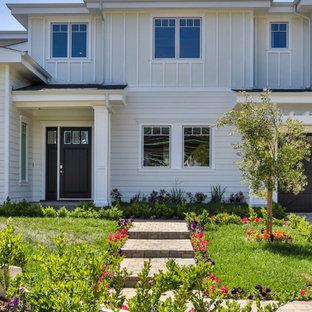ロサンゼルスのカントリー風おしゃれな家の外観 (ビニールサイディング) の写真