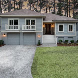 Diseño de fachada azul, clásica, de tamaño medio, a niveles, con revestimiento de madera y tejado a cuatro aguas
