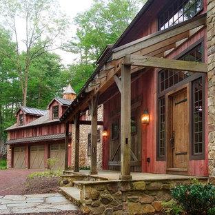 Diseño de fachada roja, rural, extra grande, de dos plantas, con revestimiento de madera y tejado a dos aguas