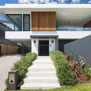 Diseño de fachada de casa blanca, moderna, grande, de tres plantas, con revestimiento de metal, tejado plano y tejado de metal