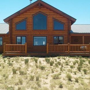 Exempel på ett mellanstort rustikt brunt hus, med allt i ett plan, blandad fasad, sadeltak och tak i shingel