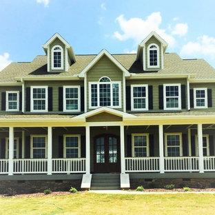 Imagen de fachada de casa verde, de estilo americano, grande, de dos plantas, con revestimiento de madera, tejado a dos aguas y tejado de teja de madera