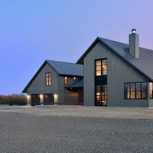 Idée de décoration pour une grand façade métallique grise champêtre à un étage avec un toit à deux pans.