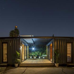 Aménagement d'une petit façade métallique grise moderne de plain-pied avec un toit plat.