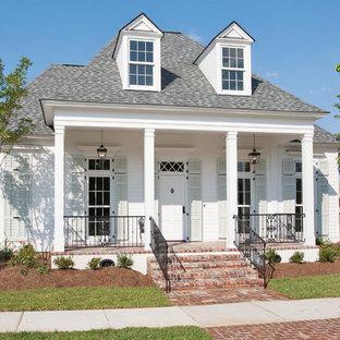 Idee per la facciata di una casa piccola bianca classica a due piani con rivestimento in legno e tetto a padiglione