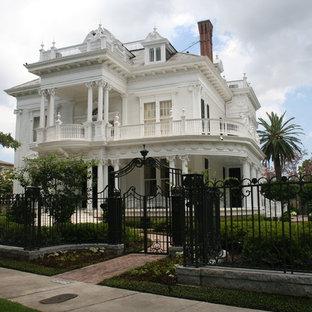 Idée de décoration pour une grand façade en bois victorienne à deux étages et plus.